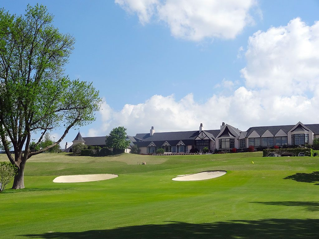 Southern-Hills-9th-tree-clubhouse
